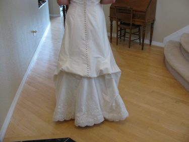 Pinning up bustles on the wedding gown, 632