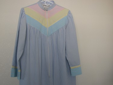 BJ's robe, zipper to buttoned, 327